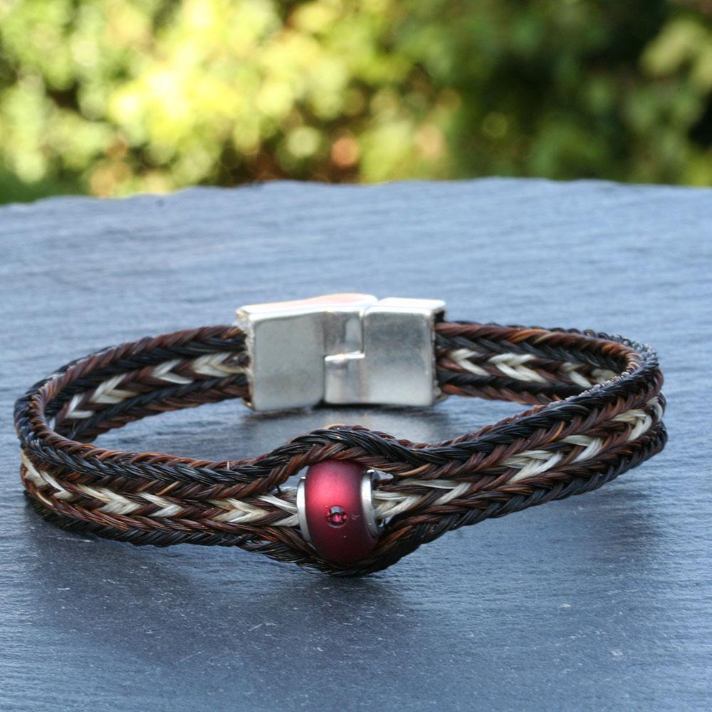 armband mit roter perle schweifhaar schmuck. Black Bedroom Furniture Sets. Home Design Ideas